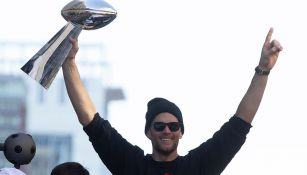 Tom Brady levanta el trofeo Vince Lombardi