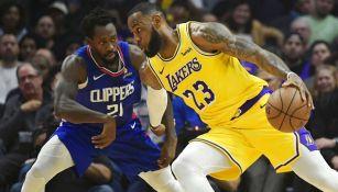 LeBron James intenta eludir a un rival