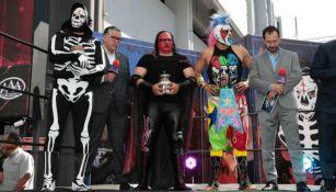 Comentaristas de TV Azteca con luchadores de Triple A