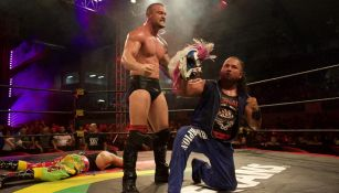 Killer Kross y Rey Escorpión posan con la máscara de Psycho Clown