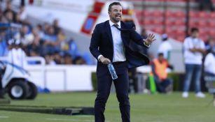 Rafa Puente da indicaciones a sus jugadores en duelo contra Pumas