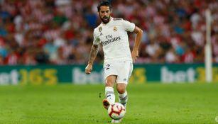Isco da un pase en un partido del Real Madrid