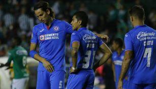 Jugadores de Cruz Azul se lamentan después de un partido