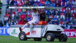 Pablo Aguilar sale de la cancha en el carrito de las desgracias