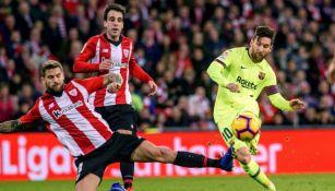 Iñigo Martínez trata de estorbar a Messi a la hora de rematar
