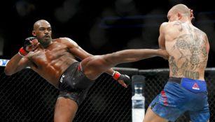 Jones conecta con una patada a su rival