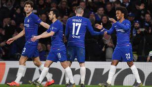 Jugadores del Chelsea se felicitan tras gol contra el Dinamo