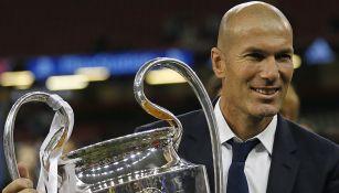 Zidane posa con el trofeo de la Champions League