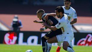 Nicolás Castillo y Luis Quintana, forcejeando por el balón en el duelo entre Pumas y América de la J7