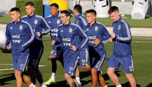 Di María trota con sus compañeros en la selección argentina