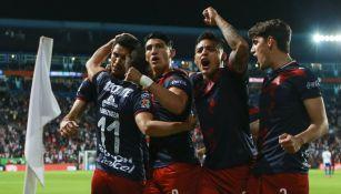 Jugadores de Chivas celebran anotación