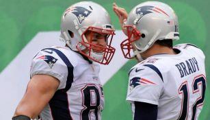 Rob Gronkowski y Tom Brady festejan un touchdown