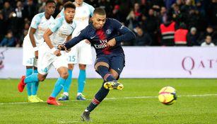 Kylian Mbappé realiza un disparo de penalti