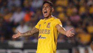 Carlos Salcedo reclama falta durante un duelo con Tigres