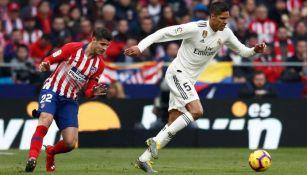 Varane pelea un balón con Morata en el Derbi madrileño