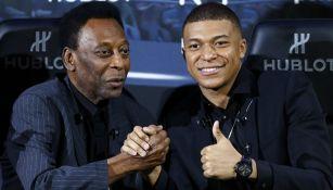 Pelé junto a Kylian Mbappé durante una conferencia de prensa