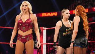 Charlotte, Ronda Rousey y Becky Lynch antes de una lucha