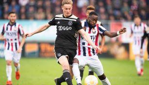 De Jong pelea un balón en el futbol holandés