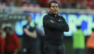Alberto Coyote dirigiendo un partido de Chivas