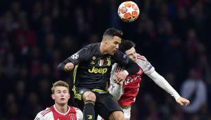 Cristiano Ronaldo disputa un balón con Jurgen Ekkelenkamp