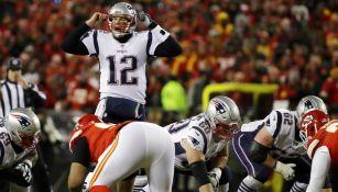 Tom Brady da indicaciones antes de lanzar el ovoide