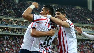Jugadores de Chivas en pleno festejo de gol