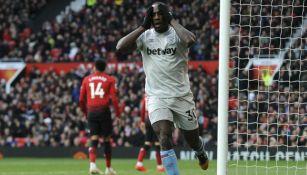 Michail Antonio se lamenta al fallar un tiro a gol