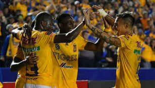 Los jugadores de Tigres festejan un gol contra Santos