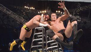 Randy Orton aplica un 'RKO' a su rival