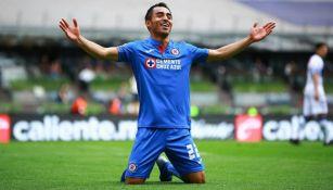 Rafael Baca festeja un gol con Cruz Azul