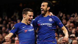 Pedro celebra con Azpilicueta tras anotar un gol