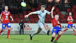 Jugadores disputan el balón en el Öster IF vs Degerfors