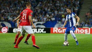 Herrera conduce el esférico en un partido con el Porto