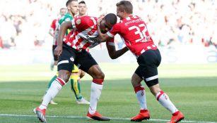 Dumfries y Sadílek festejando un gol
