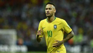 Neymar corre durante un juego con la selección de Brasil
