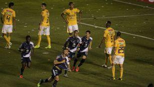 Jugadores de Rayados festejan el gol ante Tigres