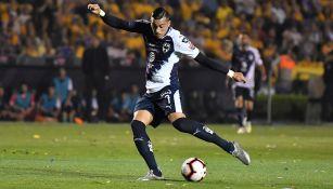 Funes Mori dispara en el juego contra Tigres