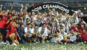 Los jugadores de Chivas festejan el título de Concacaf