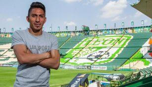 Ángel Mena, posando para la lente de RÉCORD en el Estadio León