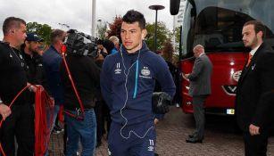 Hirving Lozano llega a un partido con PSV