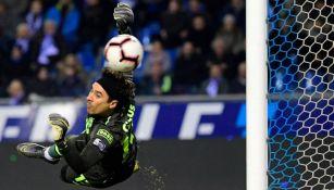 Ochoa desvía un balón durante un partido
