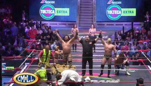 Bárbaro Cavernario y Titán festejan en el centro del ring