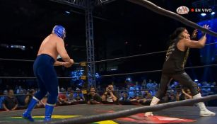Momento en que Blue Demon Jr. arroja los polvos blancos a Wagner Jr.