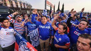 Aficionados de Cruz Azul, en las afueras del Estadio Azteca