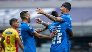 Jugadores de Cruz Azul festejan el gol de Caraglio