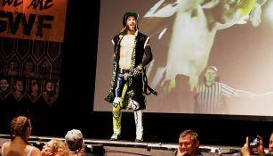 Angélico hace su entrada al ring