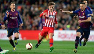 Griezmann pelea un balón en un duelo ante el Barça
