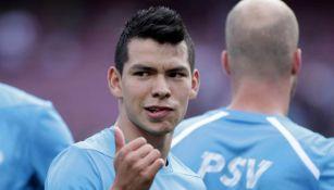Chucky Lozano saluda previo a un juego con el PSV