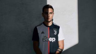 Dybala posa con la nueva indumentaria de la Juventus