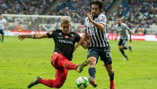 Pizarro trata de llevarse la marca del rival